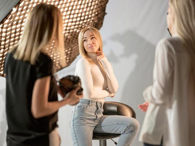 Concepto de arte fotográfico de mujer y fotógrafos