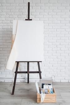 Concepto de arte con lienzo y suministros.