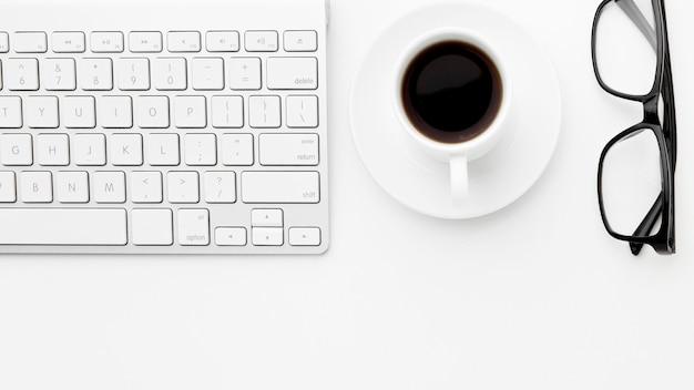 Concepto de artículos de escritorio plano
