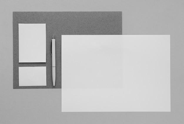 Concepto de artículos de papelería con hoja de papel