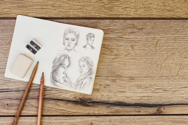 Concepto de artista con libreta y lápices