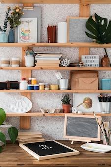 Concepto de artista con suministros en estanterías