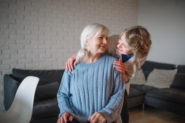 Concepto de asilo de ancianos con enfermera cariñosa