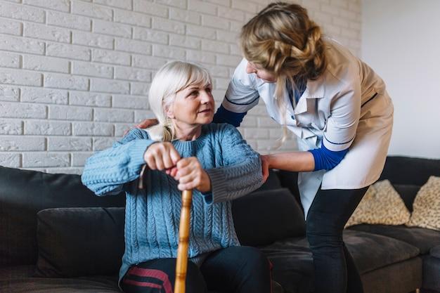 Concepto de asilo de ancianos con enfermera y mujer