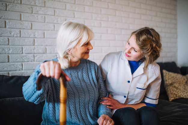 Concepto de asilo de ancianos con enfermera