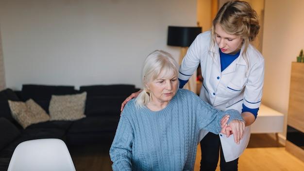 Concepto de asilo de ancianos con mujer y enfermera