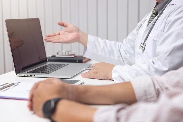 Concepto de asistencia sanitaria y médica, doctor explicar los síntomas y tratamiento médico al paciente