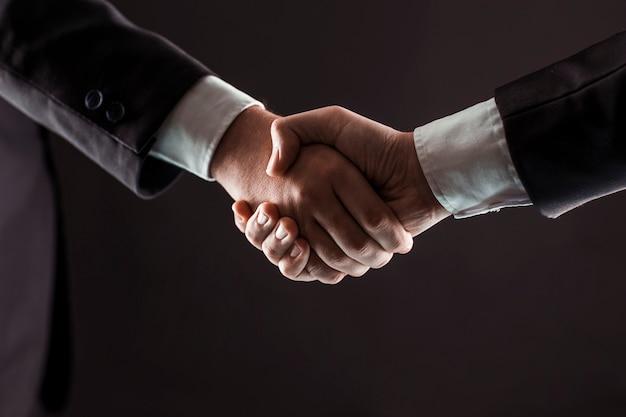 Concepto de asociación en los negocios un apretón de manos de socios comerciales