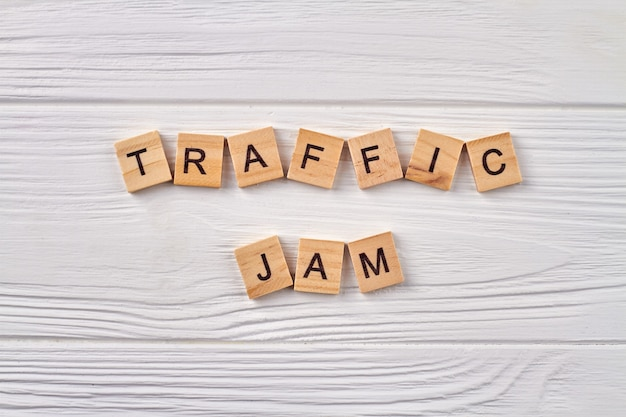Concepto de atasco de tráfico. línea de tráfico rodado. cubos del alfabeto con letras aisladas sobre fondo de madera clara.