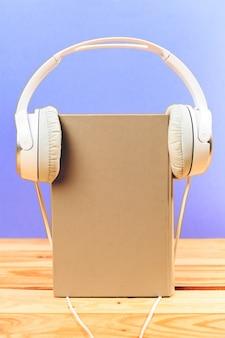 Concepto de audiolibro. libros sobre la mesa con auriculares puestos.