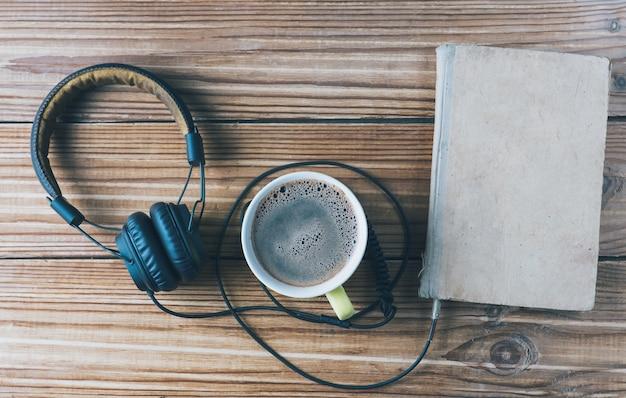 Concepto de audiolibro y una taza de café