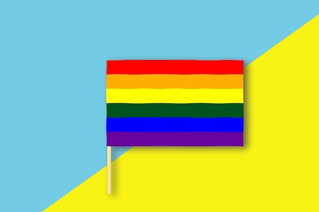 Concepto de bandera lgtb aislado sobre fondo azul y amarillo