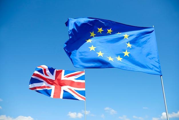 Concepto de banderas brexit fuera