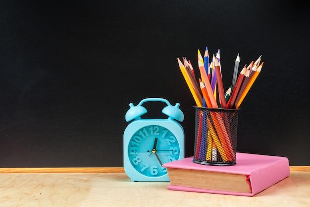 Concepto de banner de regreso a la escuela reloj despertador
