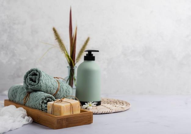 Concepto de baño con botella de jabón y toallas.