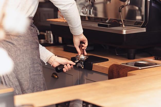 Concepto de barista, cafetería, preparación de café, preparación y servicio.