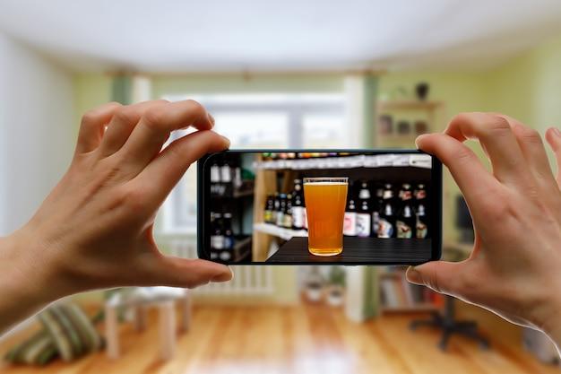 Concepto de barra en línea. beber con amigos en casa a través de un teléfono inteligente u otros dispositivos.