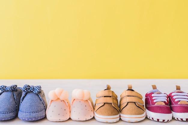 Concepto de bebé con diferentes pares de zapatos