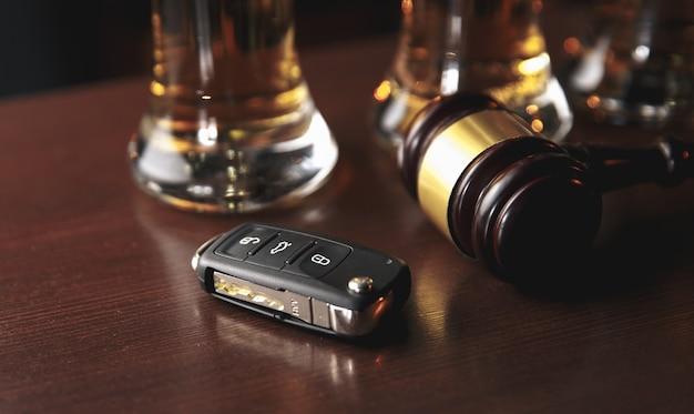 Concepto de beber y conducir. llave del coche sobre una mesa de madera, fondo de pub