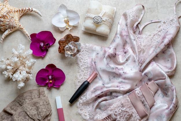 El concepto de belleza en el blog, camisón, cinturón para medias, cosméticos, perfumes.