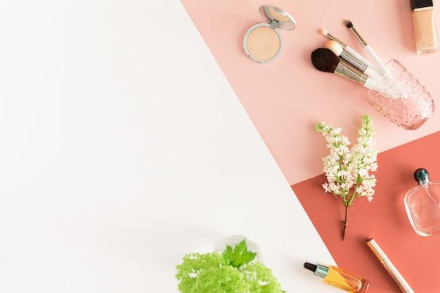 Concepto de belleza para blogger, escritorio de mesa de oficina de negocios de mujeres pastel
