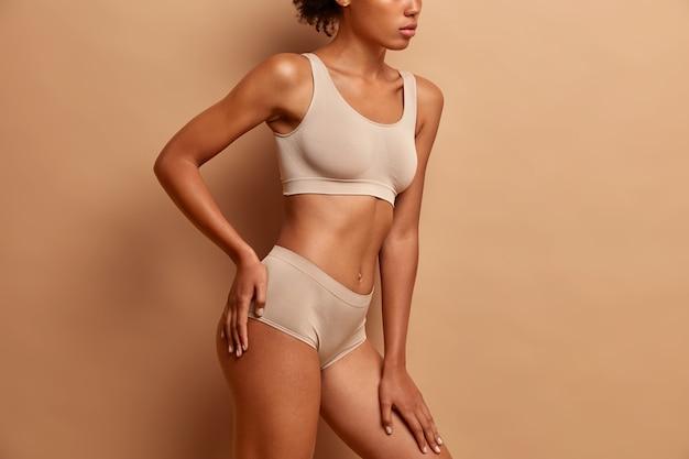 Concepto de belleza y cuidado corporal con mujer joven en ropa interior