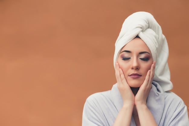 Concepto de belleza y cuidado de la piel. hermosa mujer joven con la piel limpia perfecta. spa, cuidado de la piel y bienestar.