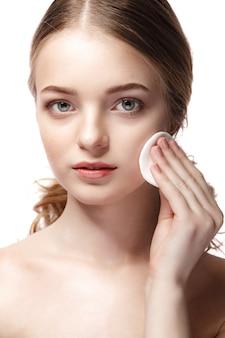 Concepto de belleza de mujer joven con esponja y piel limpia perfecta