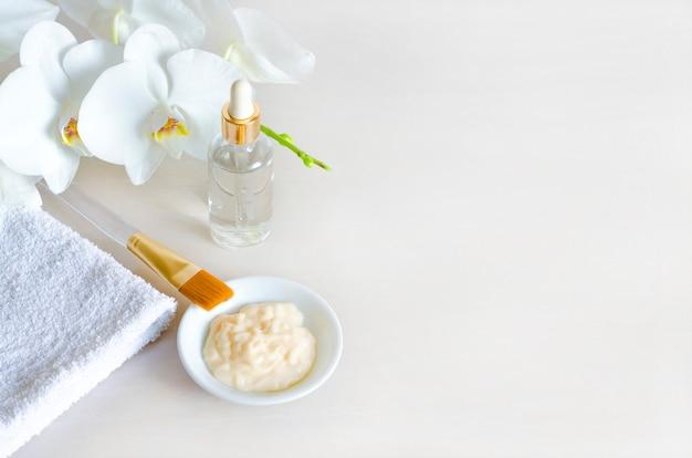 Concepto de belleza productos cosméticos naturales, ingredientes, suero, crema, mascarilla. piel limpia. cuidado de cara y cuerpo. tratamientos de spa. copia espacio