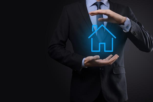 Concepto de bienes raíces, empresario sosteniendo un icono de casa
