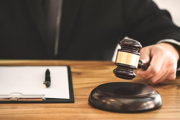 Concepto de bienes raíces, juez mazo / abogado en subasta con el modelo de la casa