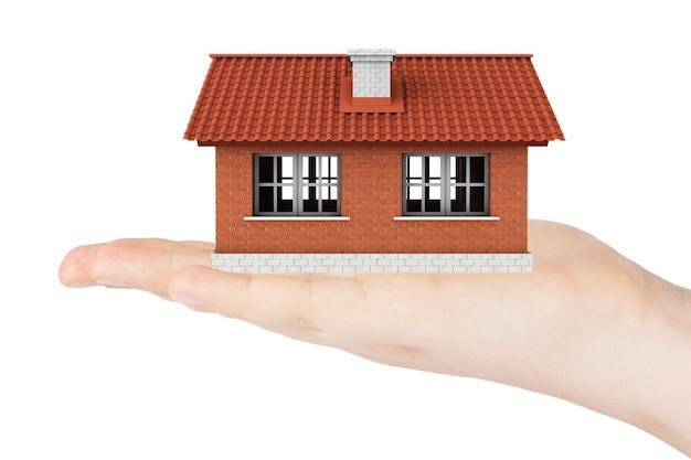 Concepto de bienes raíces. modelo de casa en la mano sobre un fondo blanco.