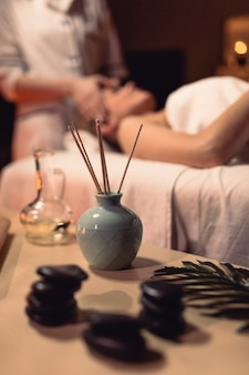 Concepto de bienestar con mujer en centro de masaje