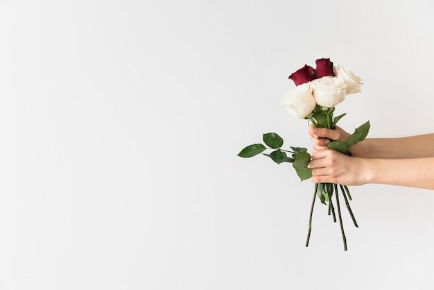Concepto de boda con manos sujetando ramo