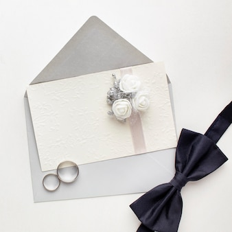 Concepto de boda de pajarita y anillos de vista superior