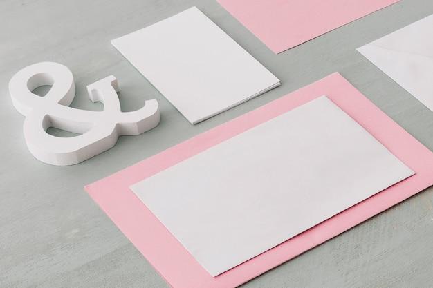 Concepto de boda con tarjetas en blanco