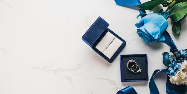 Concepto de boda, zapatos de novia, anillo y flores