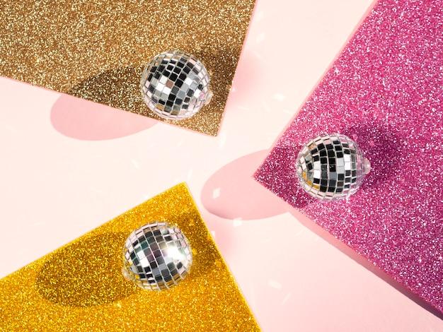 Concepto de bolas de discoteca plata vista superior
