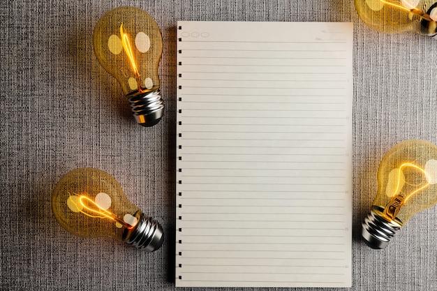 Concepto de bombilla y éxito con maqueta de papel de nota, representación de ilustración 3d