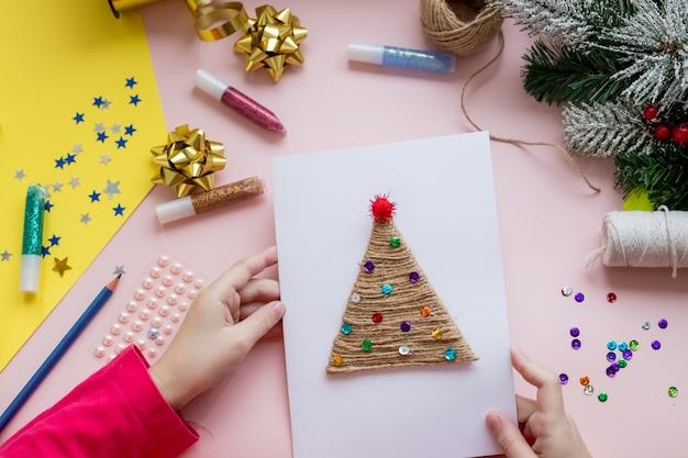 Concepto de bricolaje. cómo hacer una tarjeta de navidad. idea de año nuevo para niños. instrucciones fotográficas paso a paso