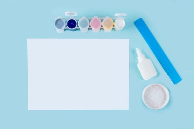 Concepto de bricolaje y creatividad de los niños instrucciones paso a paso cómo hacer un dibujo de copo de nieve con pegamento y sal herramientas de preparación de pasos pegamento pintura de sal hoja de papel