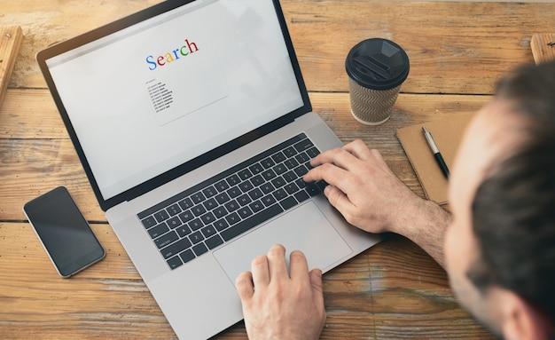 Concepto de búsqueda de empleo. buscando un trabajo en la computadora portátil