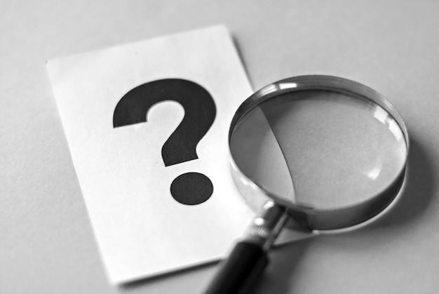 Concepto de búsqueda de lupa y signo de interrogación