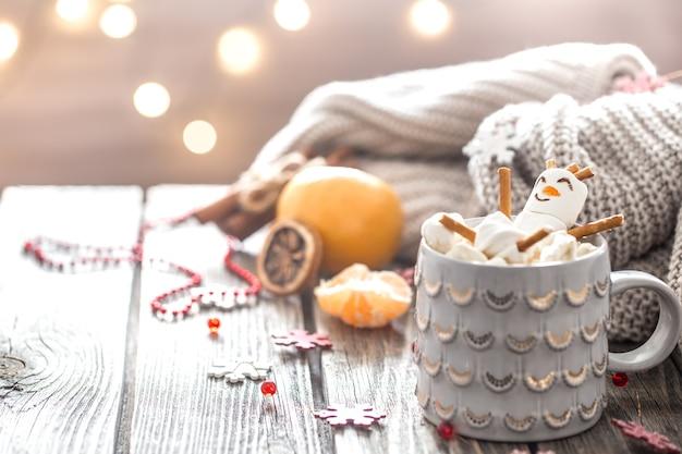 Concepto de cacao navideño con malvaviscos sobre un fondo de madera en un acogedor ambiente festivo