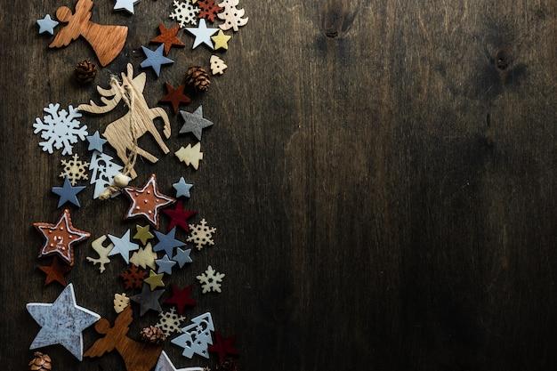 Concepto de cad de navidad con decoración de madera de vacaciones en una superficie oscura de mal humor con espacio de copia