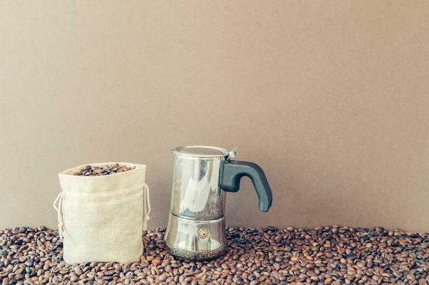 Concepto de café con bolsa al lado de cafetera
