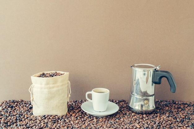 Concepto de café con bolsa de algodón y cafetera