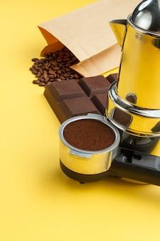 Concepto de café. café en un soporte, granos de café, barra de chocolate, cafetera