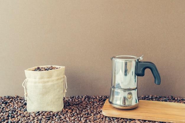 Concepto de café con cafetera en tabla