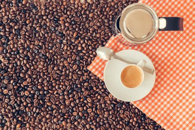 Concepto de café con cafetera y taza en mantel